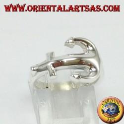 Anello d'argento, àncora di traverso sul dito