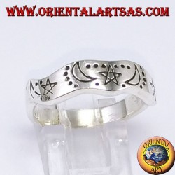 Anello d'argento a fedina ondulato con stella e lune intagliata a mano