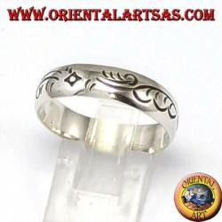 Anello d'argento a fedina con incisioni