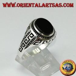 Серебряное кольцо с плоским овальным ониксом и греческим выгравированным по бокам