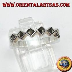 Anello a fedina in argento con sei marcasite quadrate