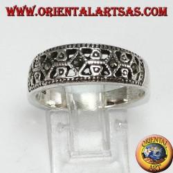Anello in argento a fascia con marcasite nei rombi
