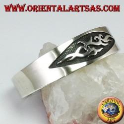 Bracciale rigido in argento 925 con un intaglio tribale a bassorilievo
