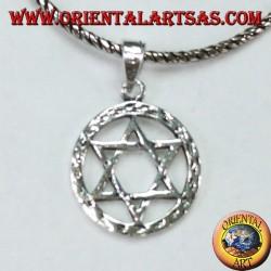 Silberner Anhänger mit einem Stern des Davidsterns im Kreis