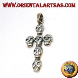 Pendentif en argent d'une croix composée de six crânes