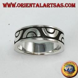 Anello a fedina in argento intarsiata a semicerchi contrapposti