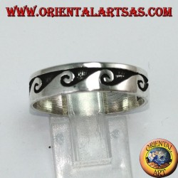 Anello a fedina in argento intarsiata motivo ad onde