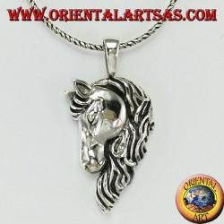 Ciondolo in argento testa di cavallo con una folta criniera