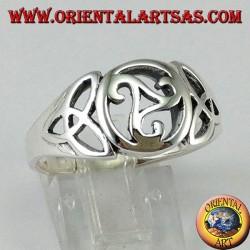 Серебряное кольцо с центральным трискелем и двумя узлами тирона