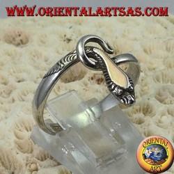 Bague en argent en forme de serpent avec une plaque en or au-dessus de la tête