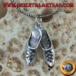 Ciondolo in argento paio di scarpette Indiane con fiore