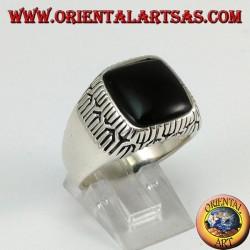 Anello in argento con onice quadrata contornati da incisioni