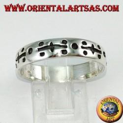 Silberner Ring in der Hand graviert mit Punkten