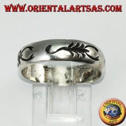 Anello a fascia in argento con scorpione intarsiato