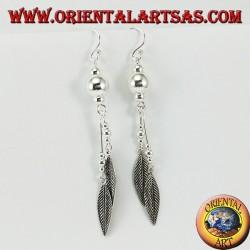 Boucles d'oreilles en argent avec de longues sphères avec deux plumes