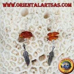 Orecchini in argento pendente con 2 pezzi di ambra ed una piuma