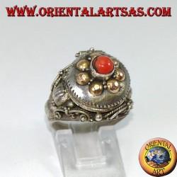 Anello in argento a scatola porta veleno con palline in oro e corallo