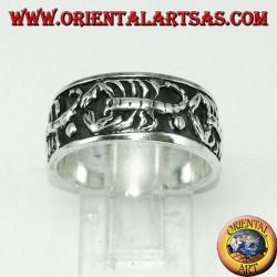 Anello a fascia in argento con scorpioni a bassorilievo