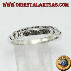 Anello fedina in argento a profilo triangolare scolpito a mano