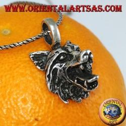 La cabeza de lobo colgante de plata