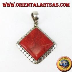 Silberner Anhänger mit quadratischem rotem Madrepora, umgeben von Nieten