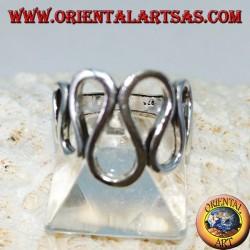 Silberner Ring mit wellenförmigen Wellen
