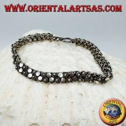 Silbernes Armband mit zwei Reihen kleiner Blumen und runden Tellern