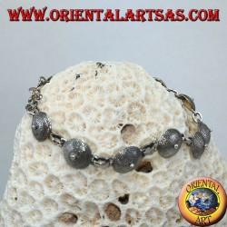 Silbernes Armband, ethnisches Design des Schildes
