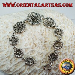 Silver bracelet in the shape of daisies