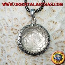 Ciondolo in argento Sri Yantra inciso nel cristallo di rocca con bordo borchiato