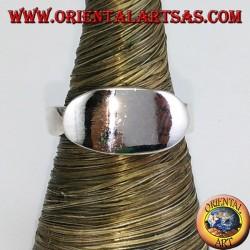 Glatter Silberring mit ovalem Kreuzschild