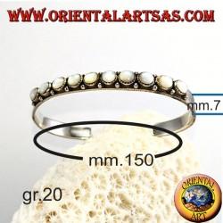 Жесткий серебряный браслет с круглым жемчугом