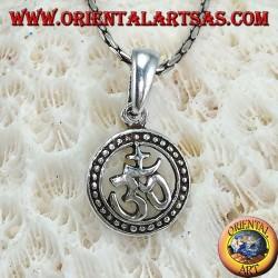 Colgante de plata con Oṁ Aum (sílaba sagrada) tallado en la rueda del karma