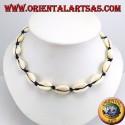 Collana girocollo di conchiglie di ciprea con catena e con moschettone (regolabile)