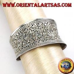 Breites silbernes Armband, handbemeißelt mit floralen Motiven (konkav)