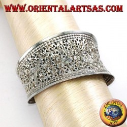 Wide silver bracelet, hand chiselled with floral motifs (concave)