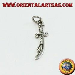 Colgante de plata en forma de cimitarra (espada árabe típica)