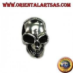 Cráneo colgante de plata con una calavera perforada
