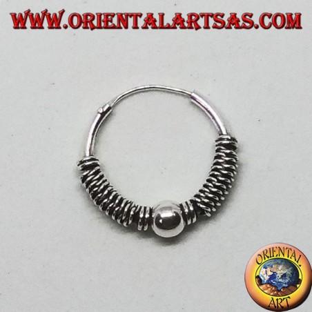 Orecchino in argento, cerchio lavorato pallina tra intrecci, 16 mm