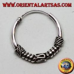 Orecchino in argento, cerchio lavorato serpentina tra cerchi e intreccio, 18 mm