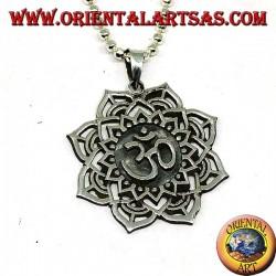Ciondolo in argento con Auṃ or Oṃ sillaba sacra sul o Fiore di loto