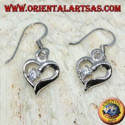 Silberohrringe in Form eines Herzens mit Zirkon auf einem Lappen