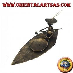 Portacandele in ferro battuto, formica traghettatrice sulla foglia