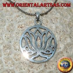 Colgante simple de plata con flores de loto en el círculo.