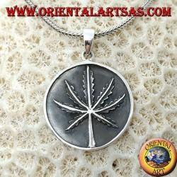 Ciondolo in argento a medaglione con foglia di marijuana a bassorilevo