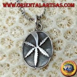 Ciondolo in argento con foglia di marijuana a bassorilievo