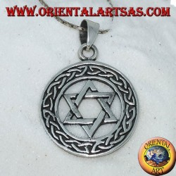 Colgante de plata de la estrella de David en el círculo con nudo.