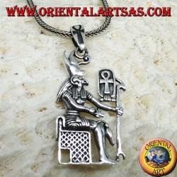 Colgante de plata del dios Horus sentado en el trono.