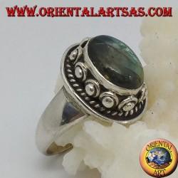 Anello in argento con labradorite ovale ed incastonatura borchiata