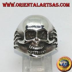 Ring aus silbernem Totenkopf in den Händen